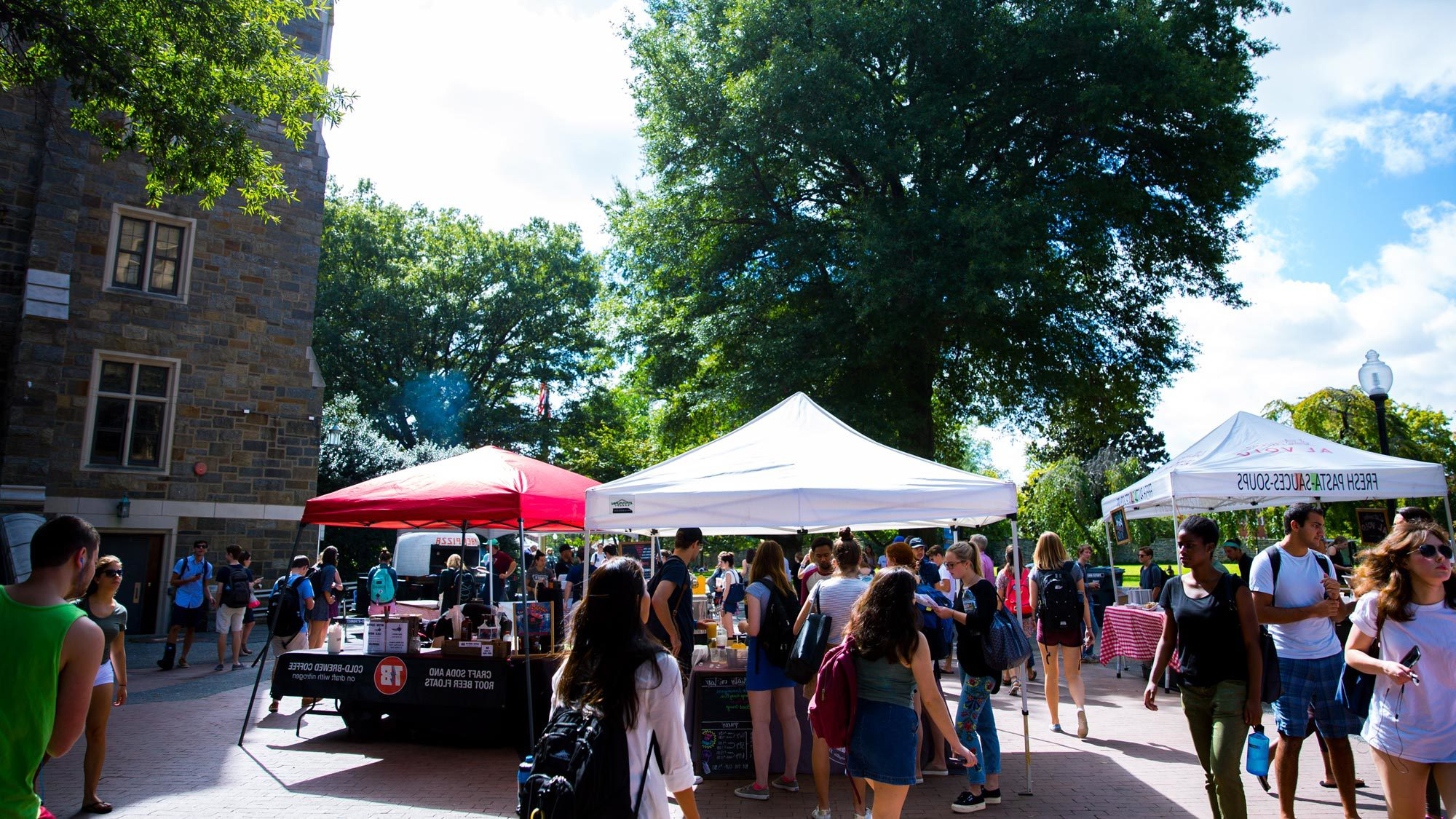Local food vendors set up tents on campus to 的fer dishes to students during the weekly Farmer's Market.